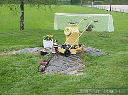 Bilden är tagen på Sandhults SK:s idrottsplats Thåängen. En gammal linjeringsmaskin har fått annan användning än den tänkta!