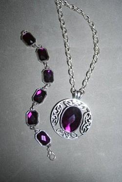 SE045 Purple diamonds: Smyckesset med halsband (55 cm långt) och armband (18 cm långt) med vackra lila stenar...170:- 99:-  För att se en större bild, klicka på denna länk.