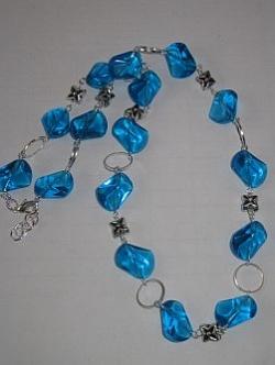 HA069 Big Blue: Halsband med härligt blåa glaspärlor och ringar...110:- 70:-  För att se en större bild, klicka på denna länk.