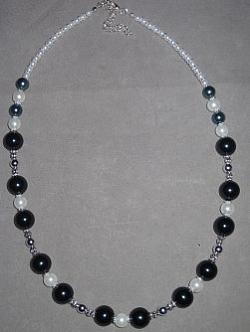 HA075 Black snow: Halsband med vita och blåsvarta pärlor...130:- SÅLD För att se en större bild, klicka på denna länk.