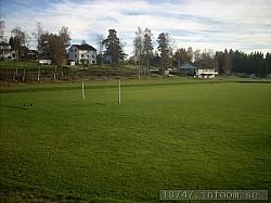 Bilden tagen från den nordöstra sidan av Sandevi (vid Fritsas hus) mot klubbstuganlängst bort. Denna vinkel användes också på den klassiska bilden på Sandevi tagen1955 och som också användes på omslaget till jubileumsboken 1985.
