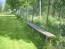 Det gamla staketet finns kvar i helt okej skick tillsammans med en del gamla åskådarbänkar. En fin inramning fortfarande.