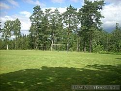 Undrar om det blir någon mer match på den gamla idrottsplatsen i Skephult. Målen väntar på att bli beskjutna och gräset väntar på att bli sprunget på. Hoppas att någon entusiast i framtiden vill dra igång fotbollen i Skephult igen!! Man njuter verkligen av miljön kring den gamla planen särskilt en fin sommardag då jag var där.