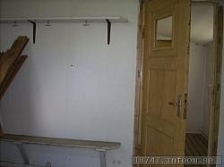 Ett av de gamla små omklädningsrummen som till och med var små när man bara hade 11 man i laget. Duschrummet kan skönjas innanför dörren. Skulle tro att duschvattnet bara fick rinna ut i marken då man saknade uppsamling för sånt ibland. Det gick det också.