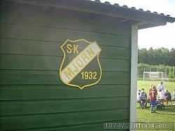 Klubbens fina klubbmärke sitter fint på baksidan om den lilla byggnaden som finns vid planen.