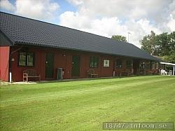 Den mycket välskötta klubbstugan byggdes2005 med bidrag från Riksidrottsförbundet. Så står det på en skylt på väggen i alla fall. Pengarna som kom in från Anders Anderssons övergång från Malmö FF till engelska Blackburn satsades i detta hus.