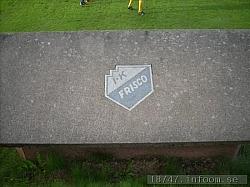 Klubbmärket som sitter ovanpå bunkern som är avbytarbås längs långsidan.
