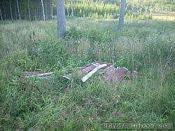 Här ligger troligtvis? de gamla avbytarbåsen längs ena långsidan som vetter västerut. Här kan man se att planen ligger högt upp då vägen mot Alingsås går långt där nere        i dalen.