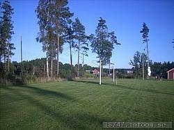 Här ses det andra nätlösa målet mot den norra sidan. Klubbstugan skymtar till höger.