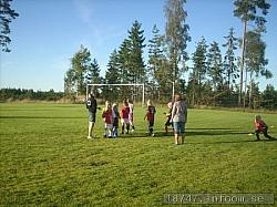 Här ses den lilla träningsgruppen som var på plats en fin kväll i augusti på SKogsbygdens IP. Framtidens damlag kanske?