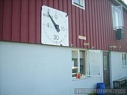Den gamla ännu fungerande matchklockan sitter fint på väggen jämte kioskluckan som serverar lite av varje.