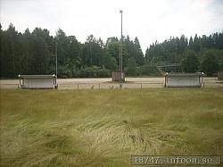 Bilden tagen utifrån den långhåriga gräsplanen med de två avbytarbåsen och grusplanen i bakgrunden. Vem kan förresten tänka sig att spela match på en grusplan nu för tiden?