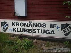 Den gamla stolta skylten på Hedvigsborgs IP som alla stolta KIF:are sett många gånger var lämnad åt sitt öde och låg ner på backen vid mitt besök.