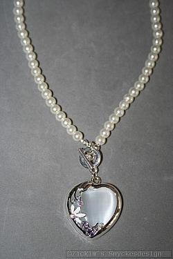 G14: Halsband (40 cm långt)med vita glaspärlor och ett jätte vackert hjärta med små swarovski stenar på...110:- SÅLD