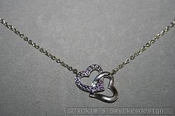 G15: Halsband (40 cm + 5 cm förlängninskedja) med ett dubbelhjärta med äkta swarovski stenar i lila...120:-