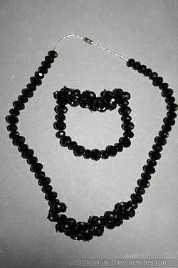 G18: Smyckesset med halsband (46 cm långt) samt elastiskt armband med äkta svarta swarovski pärlor...219:-SÅLD