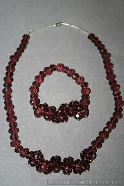 G19: Smyckesset med halsband (46 cm långt) samt elastiskt armband med äktavinröda swarovski pärlor...219:-SÅLD