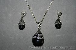 G20: Smyckesset med halsband (42 cm + 6 cm förlängningskedja) samt örhängen...149:-