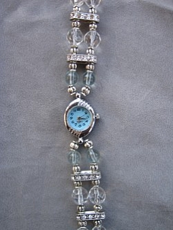 OV005 Blue watch: Klocka med armband med ljusblå glaspärlor och mellandelar med strass...149:- SÅLD För att se en större bild, klicka på denna länk.