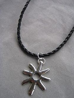 KI007 Sun: Halsband medsol på flätat läderband...79:-SÅLD  För att se en större bild, klicka på denna länk.