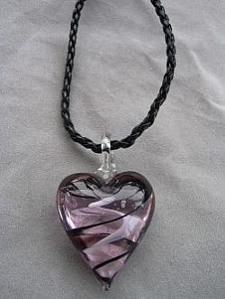 HA064 Pink heart: Halsband med rosa glashjärta på flätat läderband...finns att köpa hos Studio MiniSÅLD