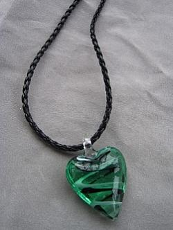 HA065 Green heart: Grönt glashjärta på flätat läderband...75:- SÅLD  För att se en större bild, klicka på denna länk.