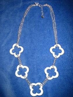 HA063 Chain flower: Halsband med snäckskalsblommor på kedja...89:- SÅLD  För att se en större bild, klicka på denna länk.
