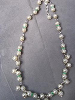 HA067 Creamy green: Halsband med cremefärgade pärlor och mellandelar med grönt strass...115:- 85:- För att se en större bild, klicka på denna länk.