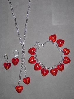 SE041 Red hearts: Smyckes set med halsband+ armband+ örhängen med röda glashjärtan...115:- 75:-  För att se en större bild, klicka på denna länk.