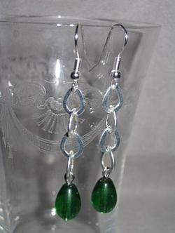 OR046 Green chain: Örhängen med gröna pärlor på kedja...45:- 25:-  För att se en större bild, klicka på denna länk.