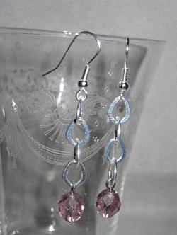 OR047 Pink chain: Örhängen med rosa pärlor på kedja...45:- SÅLD För att se en större bild, klicka på denna länk.