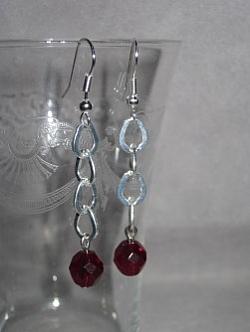 OR049 Red chain: Örhängen med röda pärlor på kedja...45:- 25:-  För att se en större bild, klicka på denna länk.