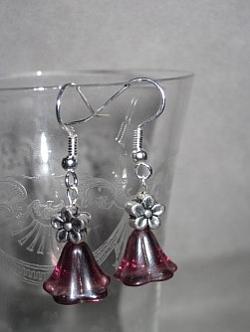 OR050 Pink flower: Örhängen med rosa glasblommor...49:- 25:- För att se en större bild, klicka på denna länk.