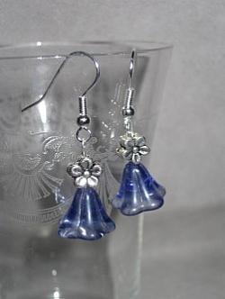 OR051 Blue flower: Örhängen med blå glasblommor...49:- SÅLD För att se en större bild, klicka på denna länk.