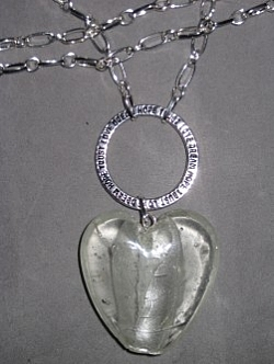 HA099 Big white heart: Halsband (75 cm långt) med ett stort glashjärta och en stansad ring...Finns att köpa hos Studio MiniSÅLDFör att se en större bild, klicka på denna länk.