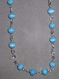 HA094 Little blue flower: Halsband (50cm långt) med små blåa cateye pärlor...115:- SÅLD För att se en större bild, klicka på denna länk.