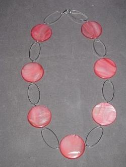 HA096 Apricot coin: Halsband (50cm långt) med ovala länkar och stora aprikosa snäckskals pärlor...Finns att köpa hos Studio MiniSÅLDFör att se en större bild, klicka på denna länk.