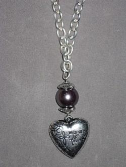 HA097 Metal heart: Halsband (57cm långt) med etthjärta i metall med text samt en pärla...95:- 55:-  För att se en större bild, klicka på denna länk.