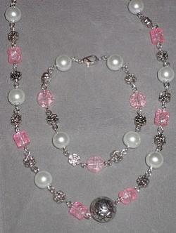 SE043 Psycadelic pink: Halsband (50 cm)och armband med rosa och vita pärlor...115:- 75:-  För att se en större bild, klicka på denna länk.