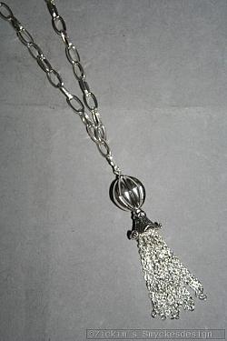 HA145 Trumpet rain: Halsband (70 cm) med en stor silverfärgadboll och ett kedjehänge...99:- SÅLD För att se en större bild, klicka på denna länk.
