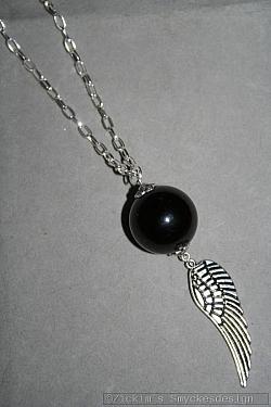 HA143 Black ball wing: Halsband (70 cm) med en stor svart glaspärla samt en vinge som hänge...99:- För att se en större bild, klicka på denna länk.