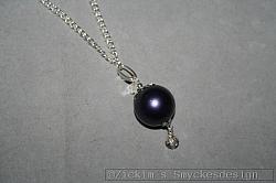 HA142 Big ball crystal: Halsband (70 cm) med en stor mattlila pärlor samt en liten swarovski pärla...99:-SÅLD För att se en större bild, klicka på denna länk.