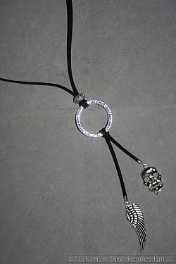 HA144 Death wing: Halsband (70 cm + 12 cm hänge)med svart mockaband och två hängen...95:- För att se en större bild, klicka på denna länk.