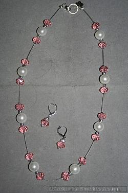 SE053 Pink swarovski: Halsband (50 cm)+ örhängen med rosa swarovski pärlor på wire tråd...120:-  För att se en större bild, klicka på denna länk.