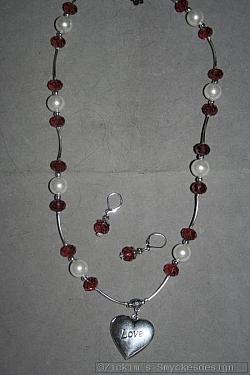 SE052 Open heart: Halsband (55 cm)+ örhängenmed lila swarovski pärlor samt ett öppningsbart hjärta...125:- 85:- För att se en större bild, klicka på denna länk.