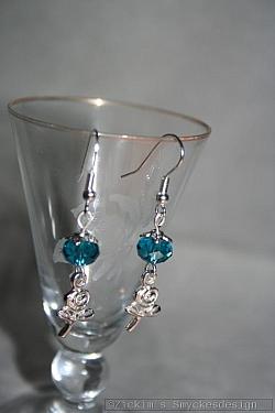OR067 Blue flower ear: Örhänge med blåa swarovski pärlor samt små blommor...49:- 25:- För att se en större bild, klicka på denna länk.