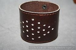 KI013 Leather hand 4: Brett armband i brunt läder med hål...160:- För att se en större bild, klicka på denna länk.