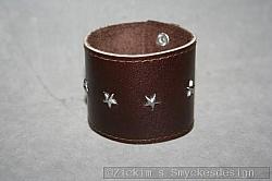 KI012 Leather hand 3: Brett armband i brunt läder med stjärnor...160:- För att se en större bild, klicka på denna länk.