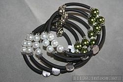 AR157 Green memory: Armband i memorywire med gröna och vita pärlor...finns att köpa hos Studio MiniSÅLDFör att se en större bild, klicka på denna länk.