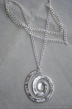 NA029 Spiral of life: Halsband (80 cm) med en stansad spiral med texten